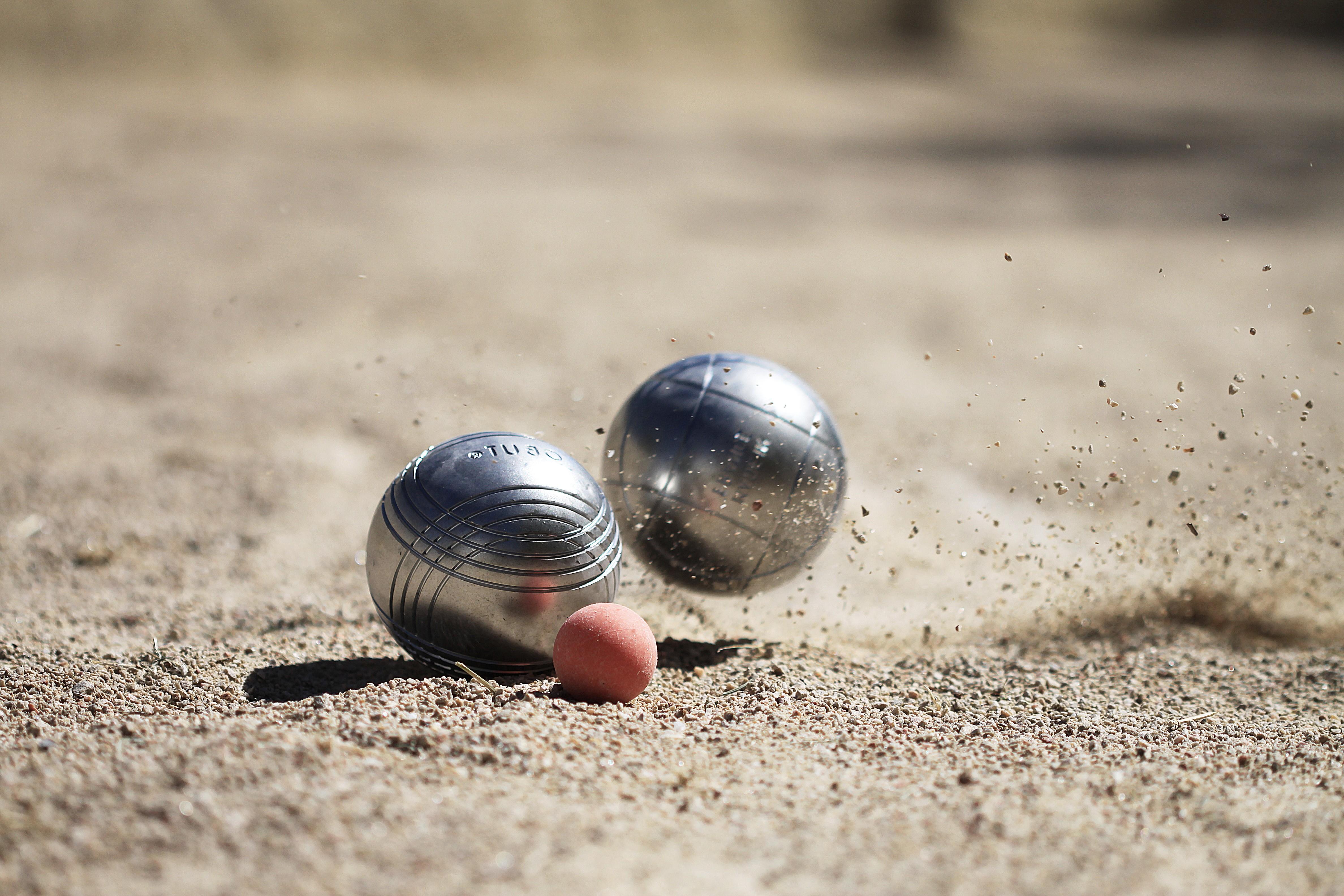 Quelles sont les particularités des boules de pétanque de compétition ?